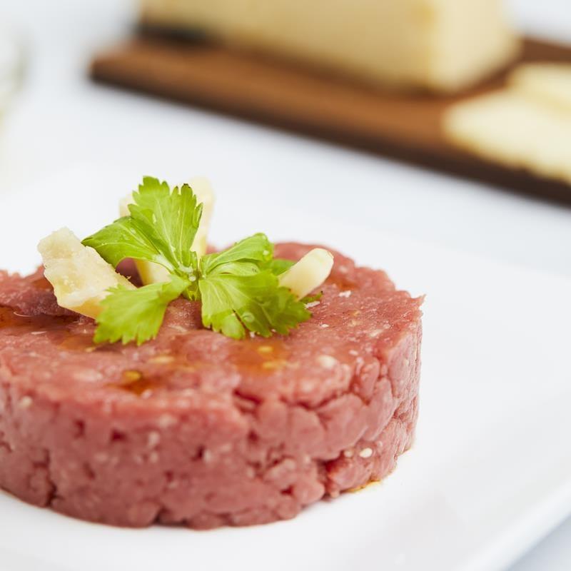 la mitica tartare di fassone piemontese ai grani di sesamo e senape è un classico della macelleria e gastronomia mosca 1916 di Biella