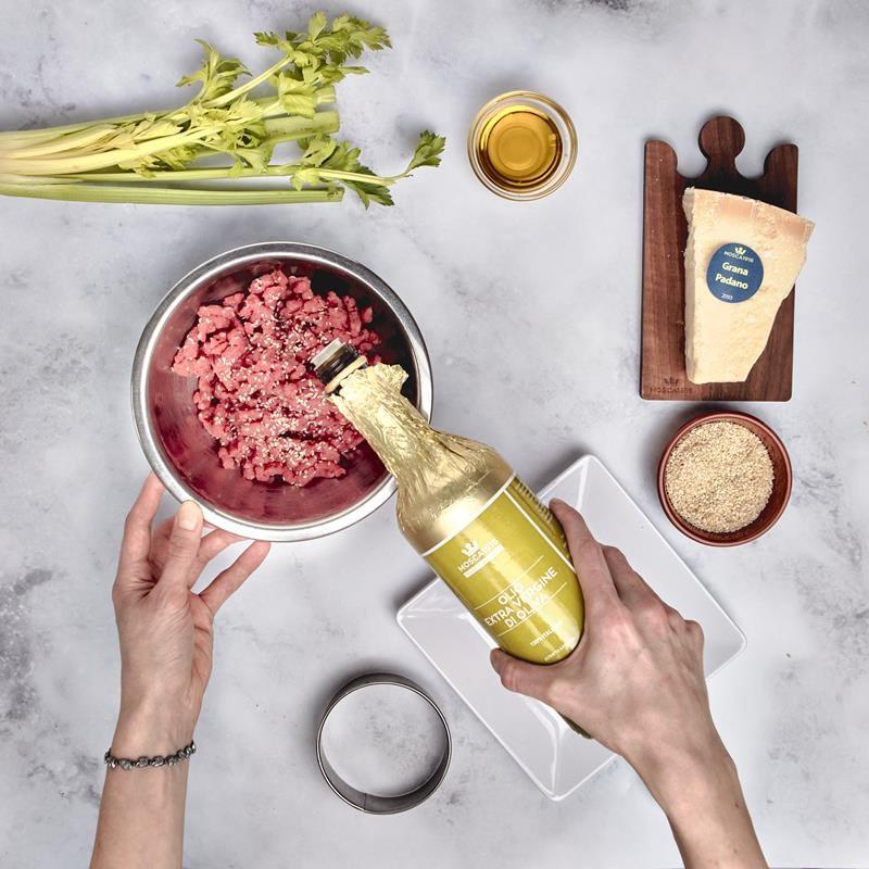 La tartare è una preparazione a base di carne senza cottura. La qualità della carne macinata è dunque fondamentale per ottenere un risultato perfetto. La ricetta proposta è un classico di Mosca 1916 Biella la mitica tartare ai grani di sesamo e senape.